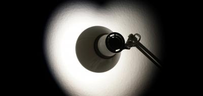 Coeur formé avec l'ombre d'une lampe