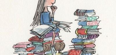 jeune fille (Matilda) assise sur une pile de livres