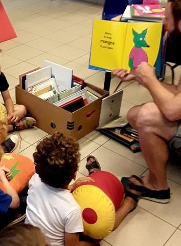 Photo d'une animation lecture pour les petits
