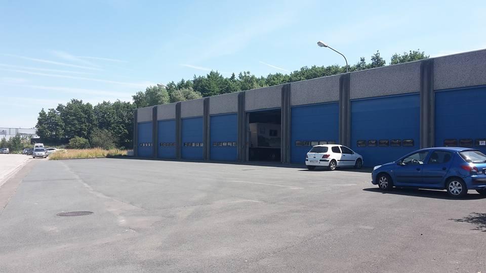 La photographie montre les sortie de garage du dépôt du Bibliobus