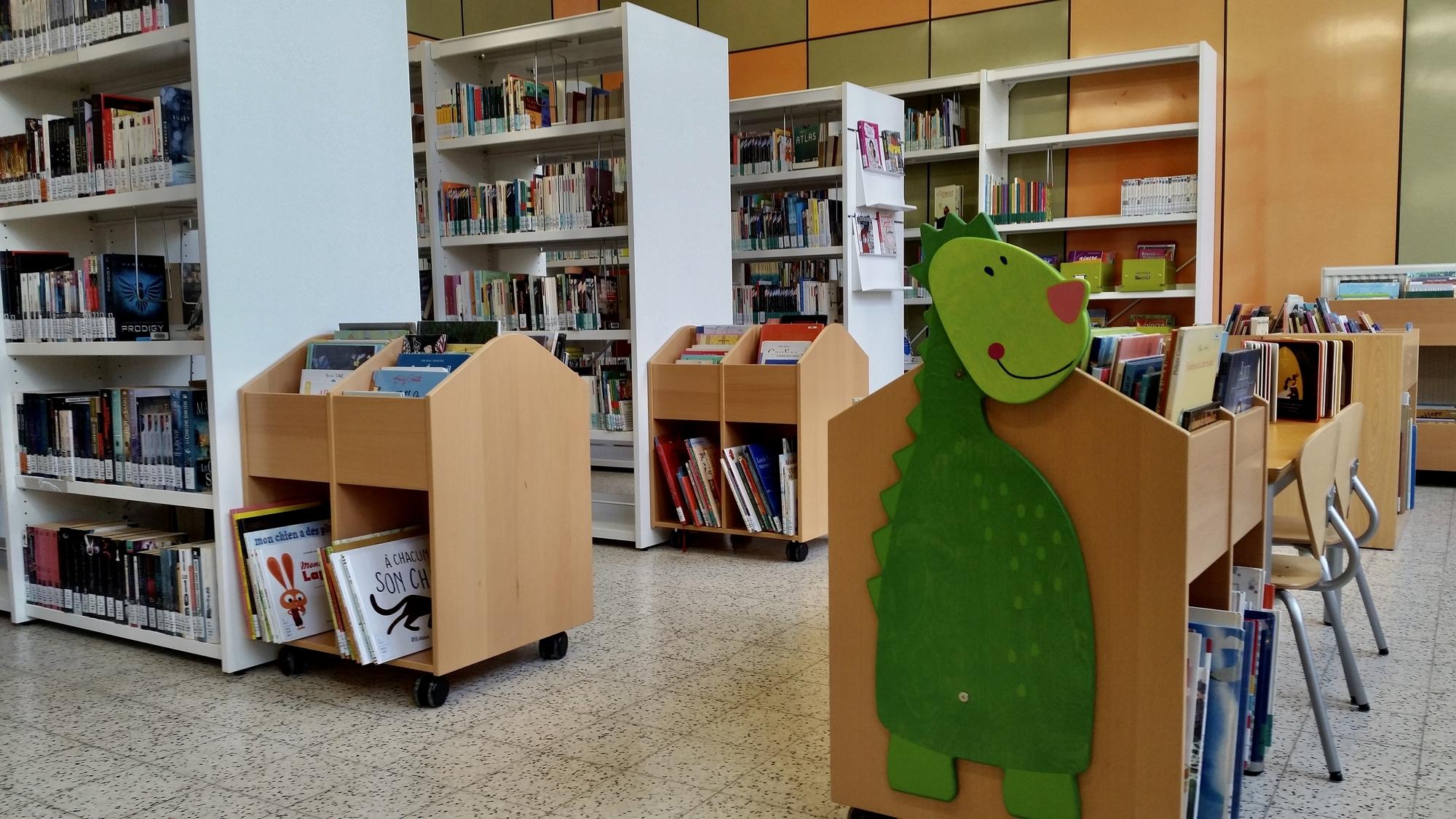 Rayonnages de la bibliothèque de Ransart
